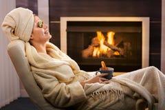 Rilassamento di inverno con il pacchetto ed il tè di fronte Fotografia Stock Libera da Diritti