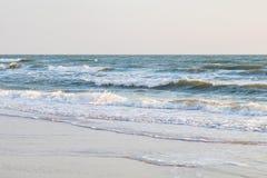 Rilassamento di luce del giorno della sabbia del cielo della spiaggia del mare di Wave Fotografia Stock Libera da Diritti