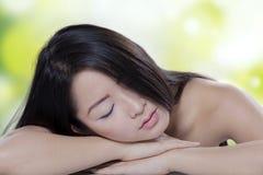 Rilassamento di modello cinese dopo il trattamento della pelle Fotografie Stock