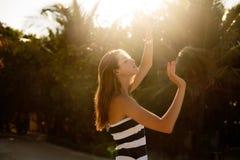 Rilassamento e esposizione al sole della donna di bellezza della spiaggia di benessere della stazione termale sulla spiaggia Bell Immagine Stock
