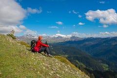 Rilassamento e meditazione del viaggiatore in montagne Immagine Stock