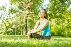 Rilassamento felice della ragazza di forma fisica Fotografia Stock Libera da Diritti