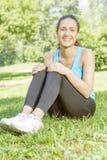 Rilassamento felice della ragazza di forma fisica Immagini Stock Libere da Diritti