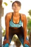 Rilassamento femminile afroamericano sportivo dopo l'allenamento Immagini Stock Libere da Diritti