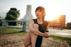 Rilassamento femminile di forma fisica dopo l'allenamento Fotografia Stock Libera da Diritti