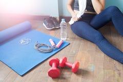 Rilassamento femminile di forma fisica dopo l'allenamento, lo sport e sano Immagine Stock