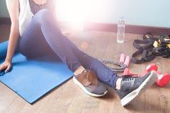 Rilassamento femminile di forma fisica dopo l'allenamento, lo sport e sano Fotografia Stock Libera da Diritti