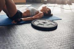 Rilassamento femminile muscolare dopo l'allenamento pesante Fotografia Stock