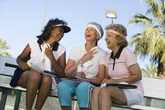Rilassamento femminile senior dei tennis Fotografia Stock