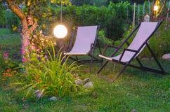 Rilassamento nel giardino durante il crepuscolo Immagini Stock Libere da Diritti