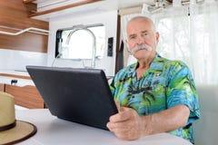 Rilassamento senior in camper fotografia stock libera da diritti