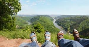 Rilassandosi al cloef del punto panoramico, con la vista alla curvatura del fiume della Saar Fotografia Stock