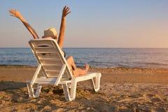 Rilassandosi alla spiaggia nella sera, vista della parte Immagini Stock Libere da Diritti