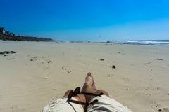 Rilassandosi alla spiaggia un giorno soleggiato Fotografia Stock Libera da Diritti