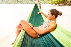 Rilassandosi in amaca Fotografie Stock