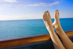 Rilassandosi a bordo di una nave da crociera Immagini Stock