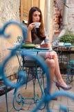 Rilassandosi in caffè Immagine Stock