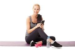 Rilassandosi dopo l'allenamento di forma fisica Fotografia Stock Libera da Diritti