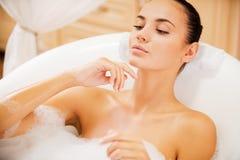 Rilassandosi nel bagno di lusso Fotografia Stock
