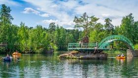 Rilassandosi nel parco di estate fotografia stock libera da diritti