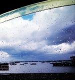 Rilassandosi sotto la pioggia Immagini Stock Libere da Diritti