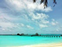 Rilassandosi in spiaggia soleggiata delle Maldive Fotografie Stock Libere da Diritti