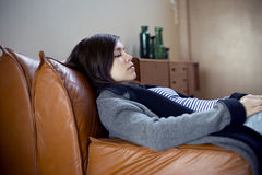 Rilassandosi su un sofà Fotografie Stock