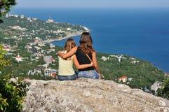 Rilassandosi su una roccia nelle montagne Fotografia Stock Libera da Diritti