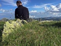 Rilassandosi sulla cima della montagna Fotografie Stock Libere da Diritti