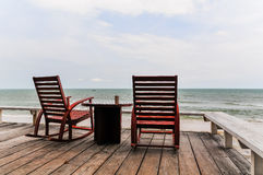 Rilassandosi sulla sedia di oscillazione e su una tazza di caffè al mare Immagini Stock