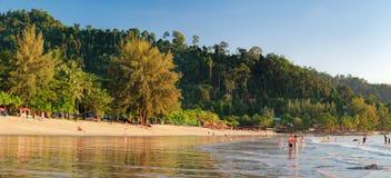 Rilassandosi sulla spiaggia tailandese di paradiso con le palme Immagini Stock