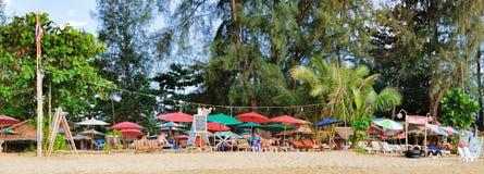 Rilassandosi sulla spiaggia tailandese di paradiso con le palme Fotografia Stock Libera da Diritti