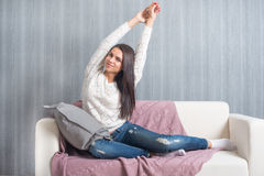 Rilassandosi sullo strato, sofà a casa, comodità sorridere sveglio della giovane donna, Fotografia Stock