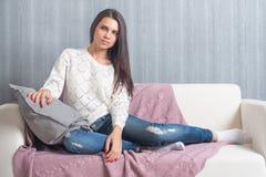 Rilassandosi sullo strato, sofà a casa, comodità sorridere sveglio della giovane donna, Fotografia Stock Libera da Diritti