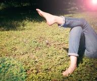 Rilassandosi in un prato nel sole di estate Fotografie Stock