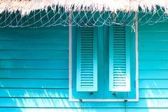 Rilassi con la casa blu nel mare, tempo di vacanza Immagini Stock