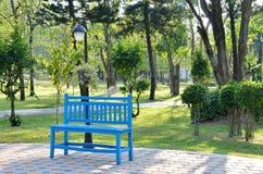 Banco di legno blu in giardino Fotografia Stock