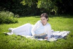 Rilassi con un libro Fotografia Stock