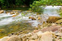Rilassi dopo avere lavorato al fine settimana con la caduta dell'acqua di ruscello al chathaburi in Tailandia Fotografia Stock Libera da Diritti
