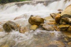 Rilassi dopo avere lavorato al fine settimana con la caduta dell'acqua di ruscello al chathaburi in Tailandia Fotografie Stock