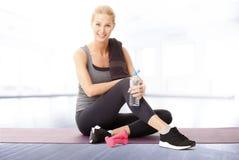 Rilassi dopo l'allenamento di forma fisica Fotografie Stock