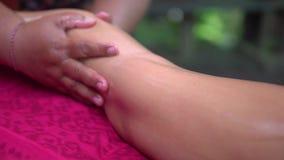 Rilassi il massaggio del piede alla stazione termale Giovane donna che riceve massaggio del piede nell'hotel della stazione terma stock footage