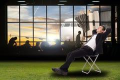Rilassi l'uomo d'affari Businessman che si siede per andare al holid di vaction fotografia stock libera da diritti