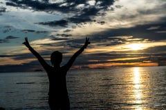 Rilassi la donna sulla spiaggia Fotografia Stock Libera da Diritti