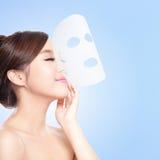 Rilassi la giovane donna con la maschera del facial del panno Fotografie Stock Libere da Diritti