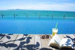 Rilassi la vista dell'isola della piscina di vetro di sole del libro del cocktail Immagine Stock