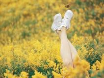 Rilassi nel campo con i fiori Fotografie Stock Libere da Diritti