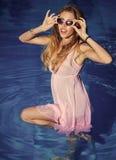 Rilassi nella piscina del lusso della stazione termale Vacanze estive e viaggio all'oceano, Bahamas Modo e bellezza di donna con Fotografia Stock Libera da Diritti