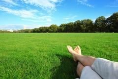 Rilassi a piedi nudi godono della natura Immagine Stock
