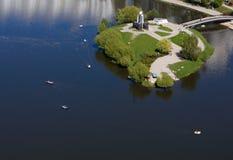 Rilevamenti aerei con l'isola fotografata elicottero Fotografia Stock Libera da Diritti